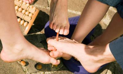 3 Personen stärken ihre Füße mit verschiedenen Übungen.