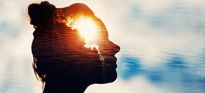 Hochsensible Menschen nehmen Reize verstärkt wahr. Die Wahrnehmung wird anhand einer Grafik verdeutlicht, die den Kopf einer jungen Frau zeigt.