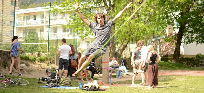Slackliner Jonas Weidemann trainiert im Park.