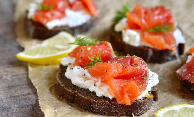 Nordic Diet: Brot mit Roggenvollkorn, das mit Quark und Lachs belegt ist.