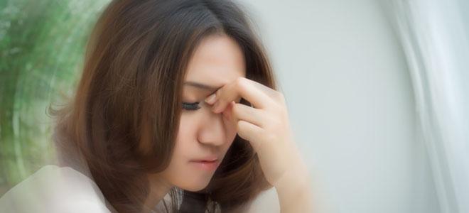 Eine Frau mit Schwindelgefühlen, verursacht durch Bogengangdehiszenz.