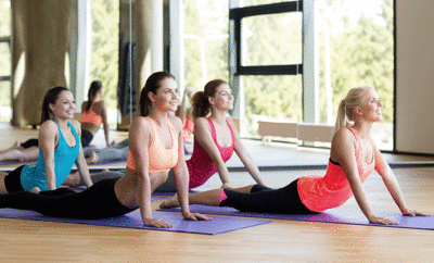 Yoga kann man alleine praktizieren oder in der Gruppe.