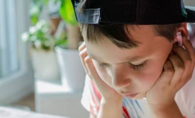 Ein Junge der nackdenklich aussieht, nachdem er die Diagnose Testotoxikose erhalten hat.