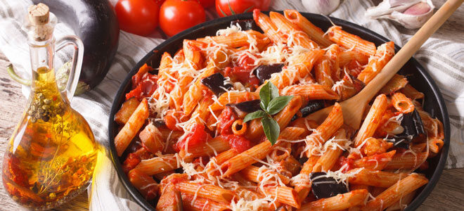 Pasta alla Norma mit Tomaten und Auberginen.