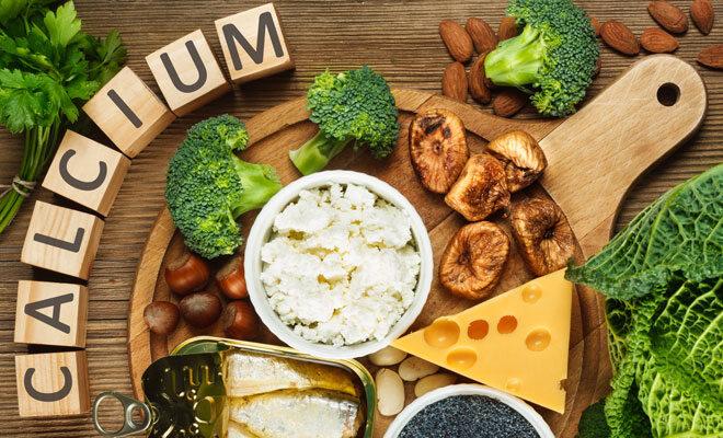 Kalziumreiche Lebensmittel wie Käse, Quark, fetter Fisch und Brokkoli.