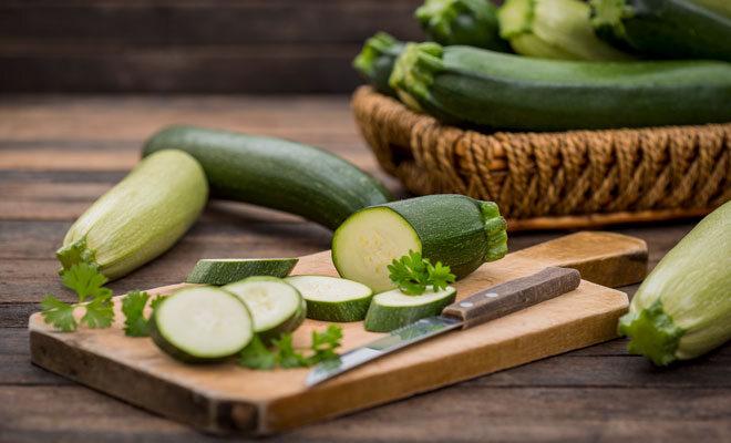 Frische Zucchini auf einem Holzbrett.