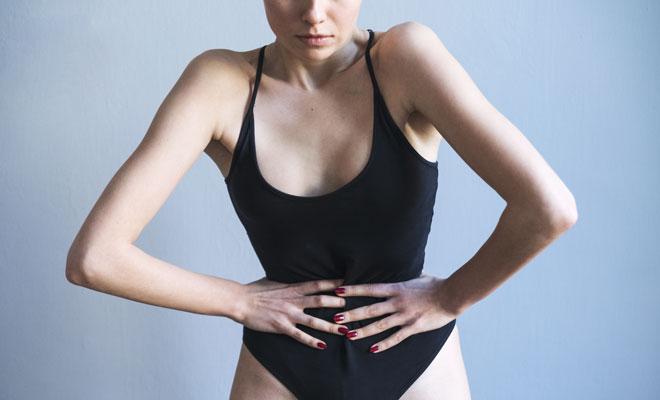 Eine magersüchtige Frau hat Bauchschmerzen