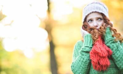Eine Frau im Herbstwald