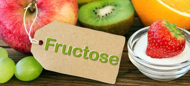 Ein Bild von fruchtzuckerhaltigem Obst wie Erdbeeren und Weintrauben