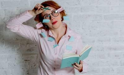 Eine Frau bedeckt sich mit Merkzetteln. Sinnbild für Konzentrationsprobleme in den Wechseljahren