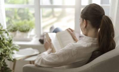 Eine Frau liest einen Ratgeber zum Reizdarmsyndrom