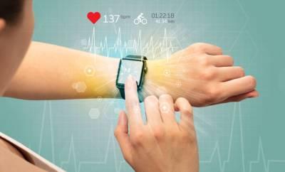 Eine Frau mit einer Fitness Smartwatch