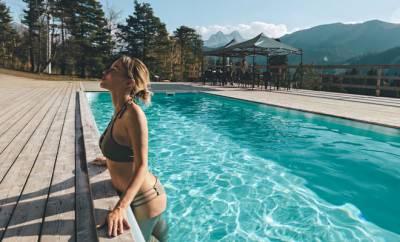 Eine Frau macht Gesundheitsurlaub im Berghotel