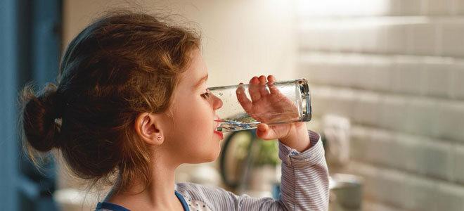 Ein junges Mädchen trinkt Wasser