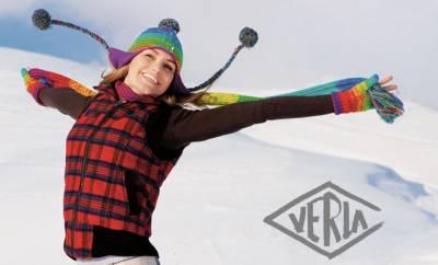 Eine junge Frau wirkt fröhlich im Schnee. Sie unterstützt ihr Immunsystem mit Zink.