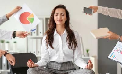 Ein eine Frau wehrt Stress im Büro ab.