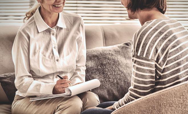 Eine Frau in den Wechseljahre bei einer kognitiven Verhaltenstherapie