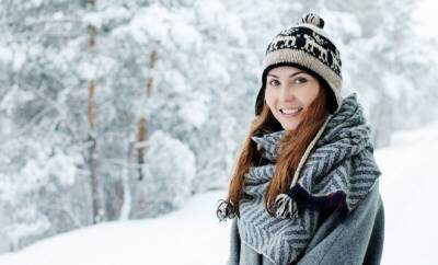 Eine fröhliche Frau im Winter