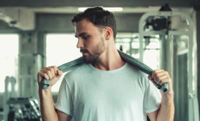 Ein Mann im Fitnessstudio