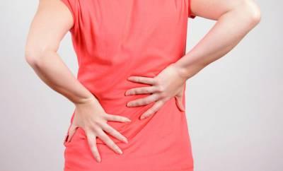 Eine Frau mit Rückenschmerzen