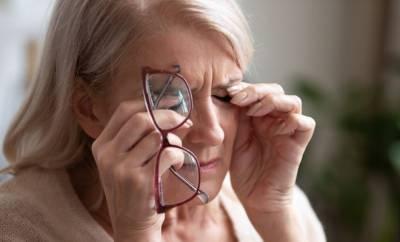 Eine Frau in den Wechseljahren hat Sinnestörungen und kann nicht richtig sehen.