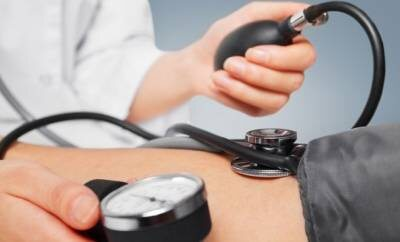 Eine Ärztin misst den Blutdruck ihrer Patientin.