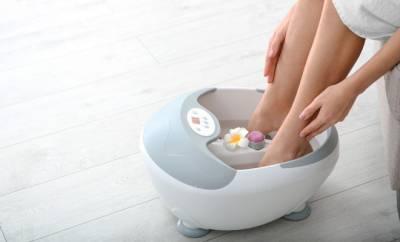 Eine Frau nimmt ein Fußbad