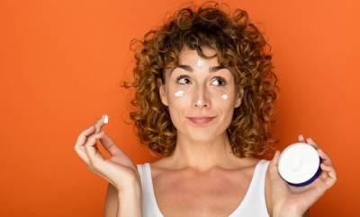 Eine Frau trägt Gesichtscreme mit Glycerin auf