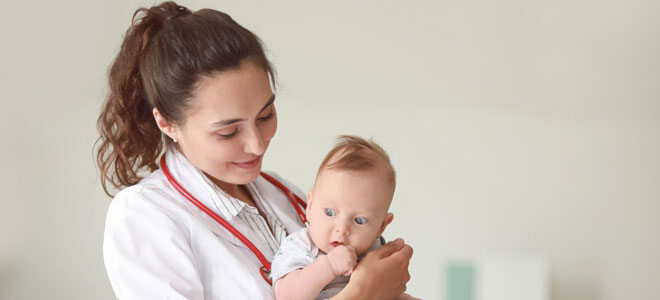 Eine Kinderärztin untersucht ein Baby