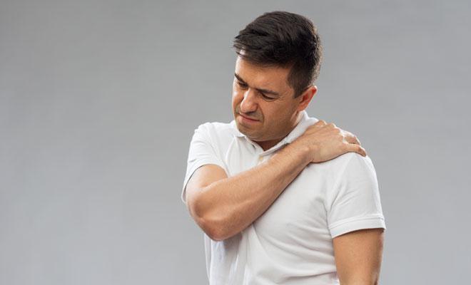 Ein Mann mit Schmerzen an der Schulter