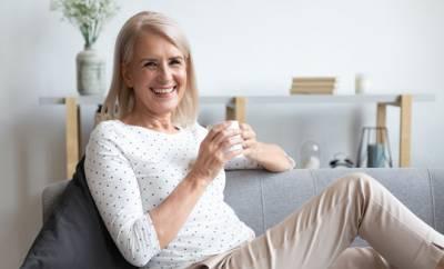 Eine Frau in den Wechseljahren trinkt einen Tee.