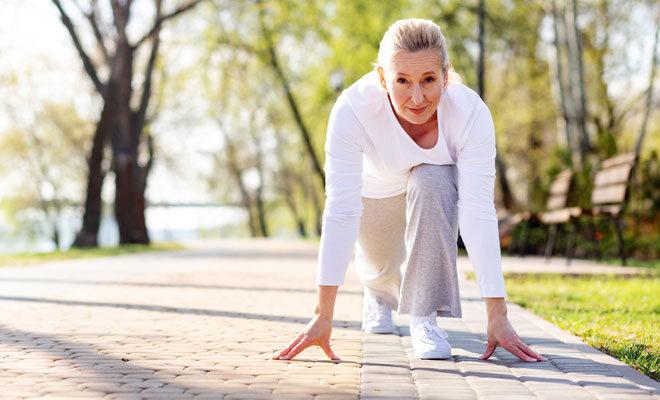 Eine Frau in den Wechseljahren beim Laufen im Park.