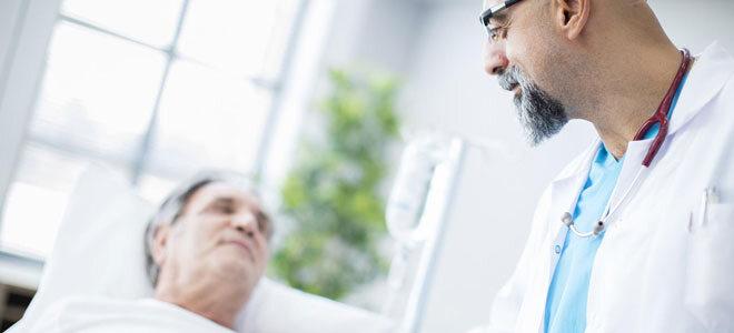 Ein Arzt kümmert sich um seinen Patienten