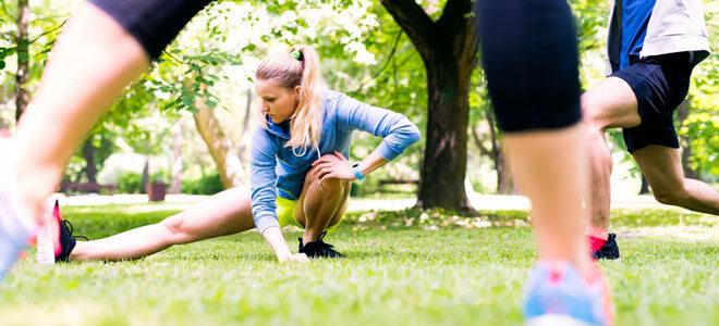 Sportler beim Dehnen im Park