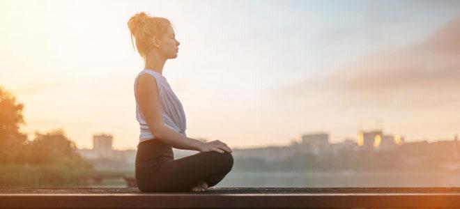 Eine junge Frau beim Meditieren