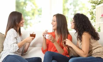 Drei Freundinnen trinken koffeinhaltige Kaffeealternativen