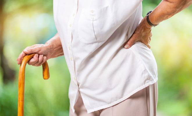 Eine Seniorin mit Sarkopenie