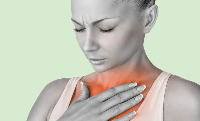 Eine Frau mit Sodbrennen und Rückenschmerzen