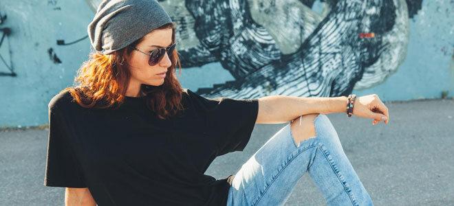 Eine junge Frau mit einem XXL Hip Hop Shirt