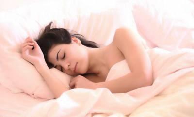 Eine Frau schläft entspannt