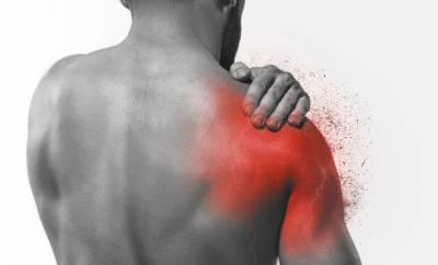 Ein Mann mit Schulterschmerzen