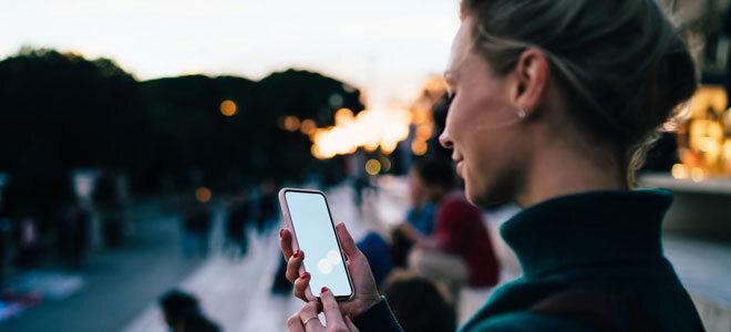 Eine Frau blickt auf ihr Smartphone