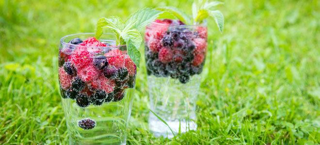 Infused Water mit Beerenfrüchten.
