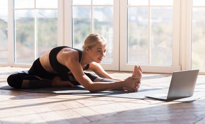 Eine junge Frau belegt einen Online-Yogakurs