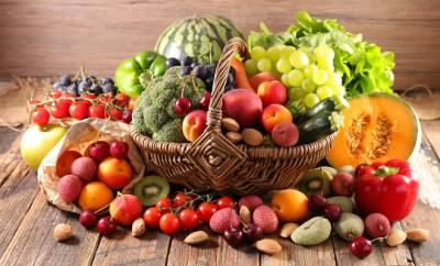 Ein Korb gefüllt mit Obst und Gemüse: Gesunde Ernährung ist wichtig für das Immunysystem