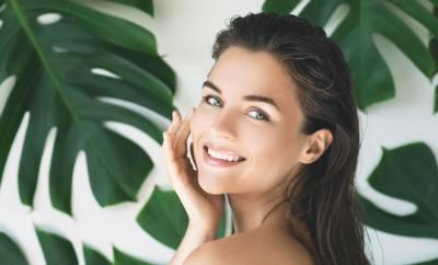 Eine junge Frau pflegt ihre Haut