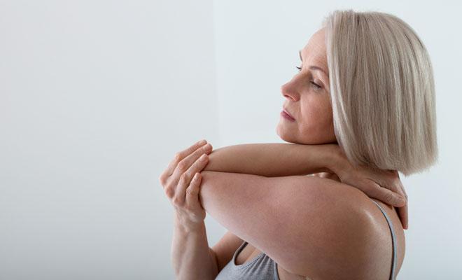 Eine Frau in den Wechseljahren hat Muskelschmerzen