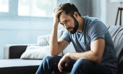 Ein depressiver Mann in Corona Quarantäne
