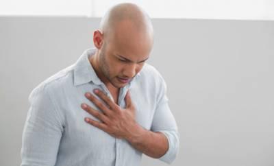 Ein Mann verspürt ein Brennen in der Brustregion, das zugleich auf Sodbrennen oder einen Herzinfarkt hindeuten kann.