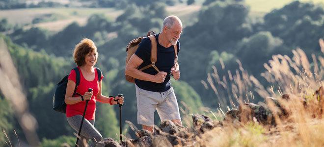 Ein älteres Paar beim Wandern